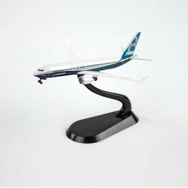 Maqueta 737-8 1:400